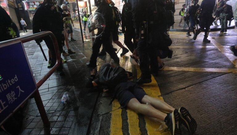 Демонстранты в Гонконге передали петицию в генконсульство США