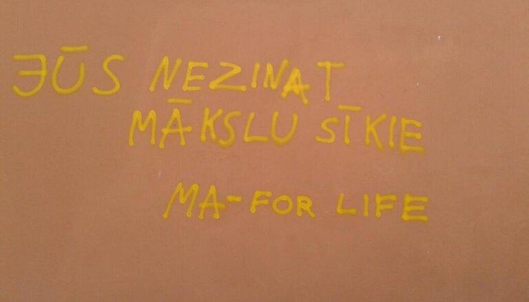 'Melo un tev taps piedots' jeb radošie huligāni - pamācoši uzraksti uz sienām