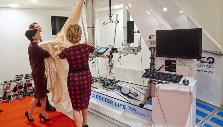 Sākot ar šo gadu, bērnus ar kustību traucējumiem ārstēs ar unikāla robota palīdzību