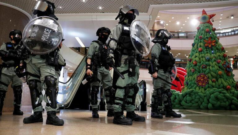 Video: Honkongā policija iepirkšanās centros uzbrūk protestētājiem un garāmgājējiem