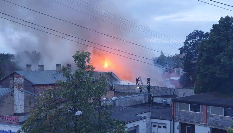 Возле Деглавского моста ночью горел дом и две машины: эвакуированы 14 человек