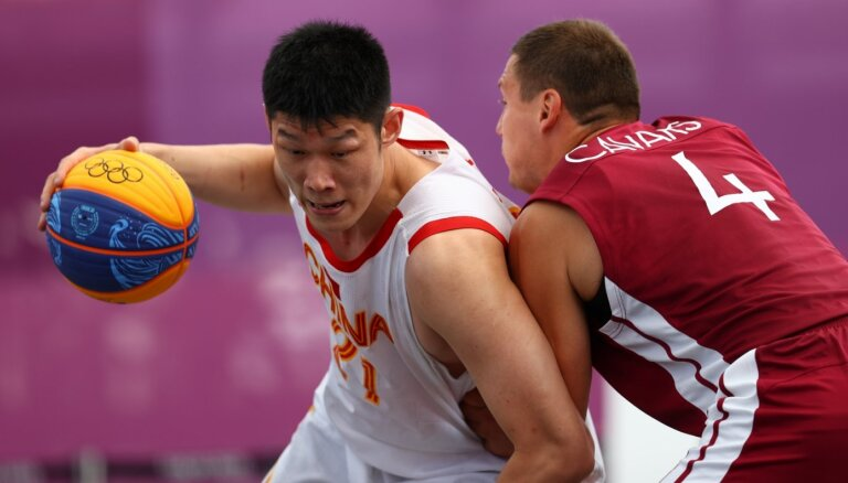 Latvijas 3x3 basketbolisti uzvar spraigā cīņā ar Ķīnas garo 'torni' Hu