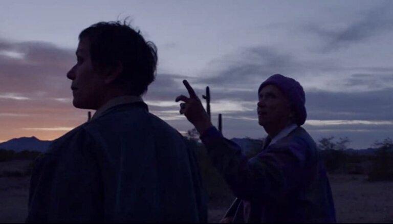 Režisoru ģildes galveno balvu iegūst Hloja Žao par filmu 'Nomadland'