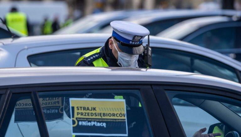 Uzņēmēji Varšavā bloķē satiksmi, pieprasot lielāku valsts atbalstu krīzē