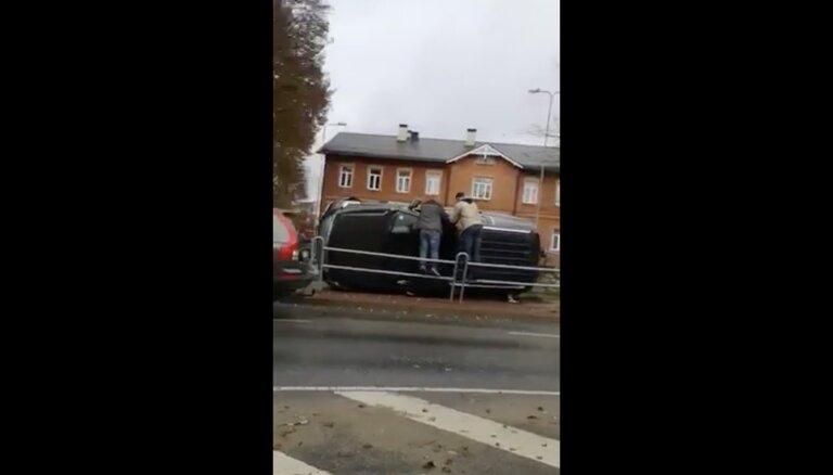Video: Valmierā apgāžas 'Cadillac Escalade'; divi cietušie