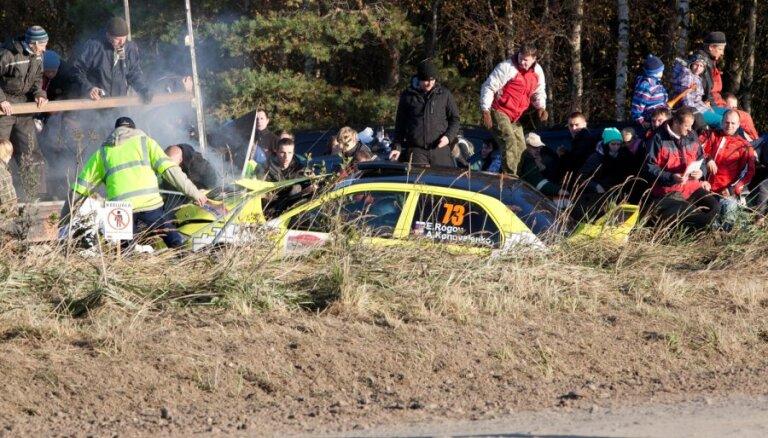 Машина врезалась в толпу, серьезнее всех пострадал латвиец (фото, видео)