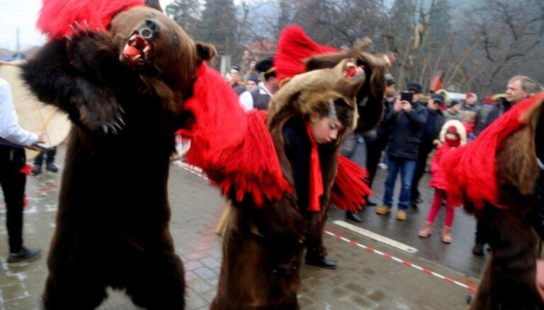 Krāšņi foto: Rumānijā gadu miju gaida ar lāču dejām