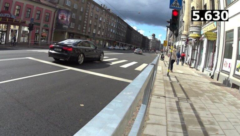 Video: Autovadītāji Rīgā ignorē sarkano gaismu luksoforā un biedē gājējus