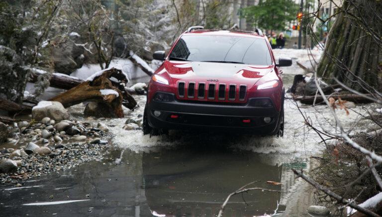 Video: 'Jeep' autobraucējiem sagādā pārsteigumu – mežu pilsētas centrā