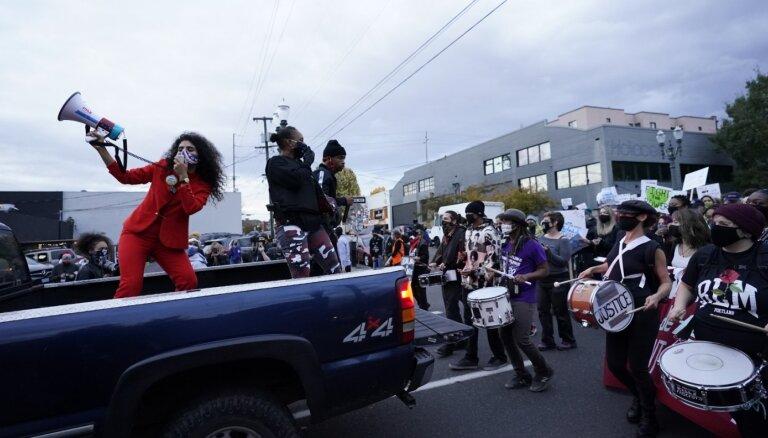 ASV turpinās balsu skaitīšana; Portlendā demonstrantu un policijas konfrontācija