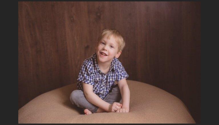 Sešus gadus vecajam Mārim jāiemācās sēdēt; lūdz sabiedrības atbalstu