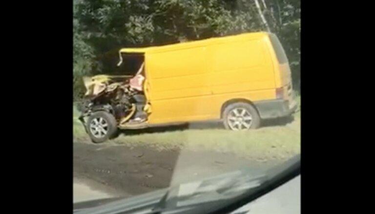 Ulmaņa gatvē saskrējušās trīs automašīnas; ierobežota satiksme