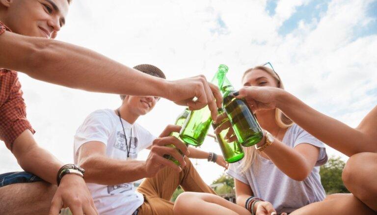 Četros mēnešos patēriņam Latvijā nodoto alkoholisko dzērienu apmērs samazinājies par 0,5%