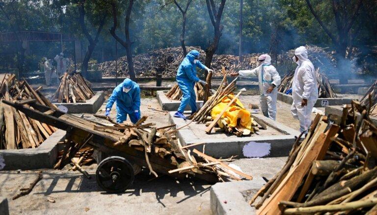 Indijā Gangā atrasti desmitiem iespējamo Covid-19 upuru līķi
