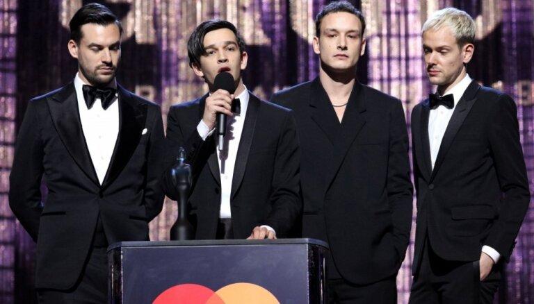 'The 1975' ar divām galvenajām balvām triumfē 'BRIT Awards' ceremonijā
