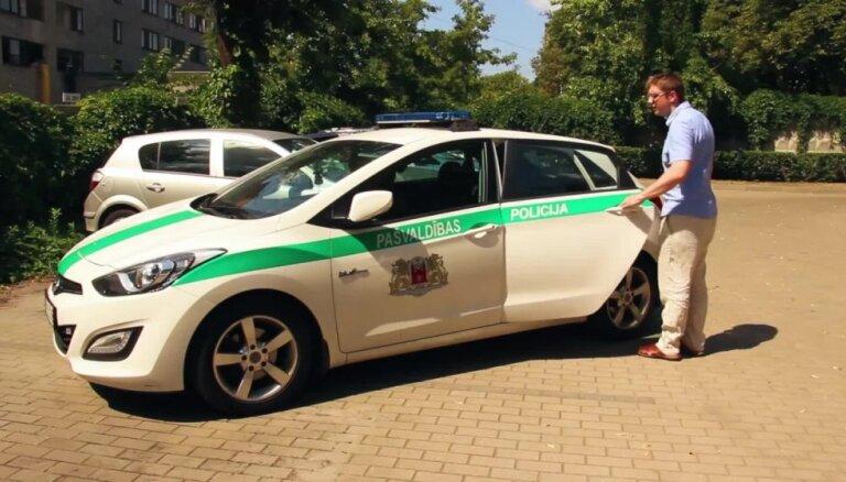 Policija demonstrē, ka uzkarsušā auto var pat izcept olu