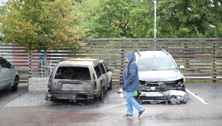 Zviedrijas pilsētās aizdedzināti vairāki desmiti automašīnu