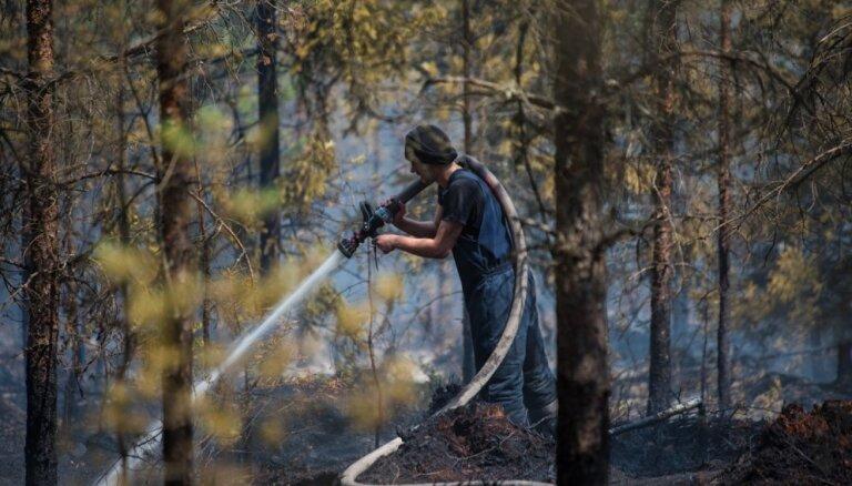 Mežs un kūdra Valdgales pagastā joprojām deg ar atklātu liesmu