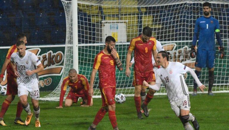 Video: Latvijas futbola izlase gūst skaistus vārtus Melnkalnes lietusgāzē