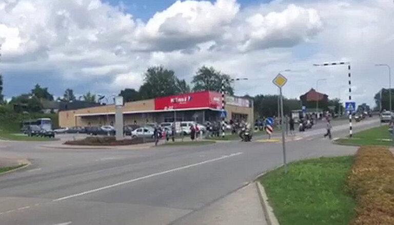Policija lūdz atsaukties Jēkabpilī moto festivālā notikušās avārijas aculieciniekus