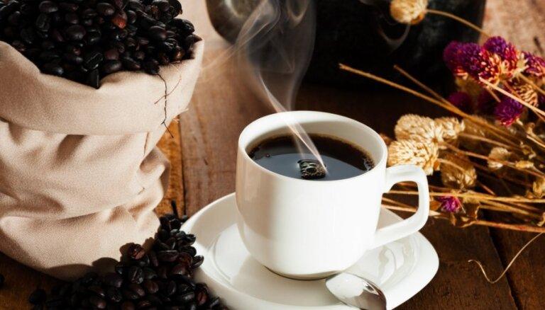 Zīdainis uzgāž sev karstu kafiju un gūst apdegumus