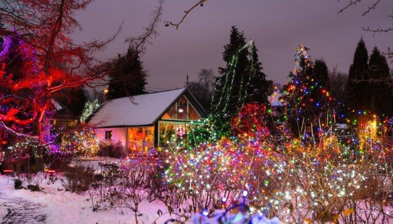 Foto: Pasakaini mājokļi Latvijā un pasaulē, kas izrotāti ar Ziemassvētku dekoriem