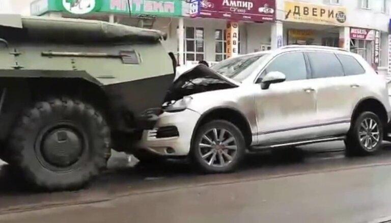 Uz ielas Kurskā starp divām bruņmašīnām iespiesti četri vieglie auto