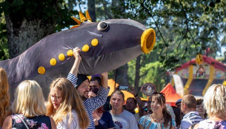 Foto: Kā ļaudis lustējās Carnikavas Nēģu svētkos