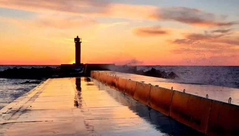 Foto: Piesātinātu saulrieta krāsu un viļņu spēles Mangaļsalas molā