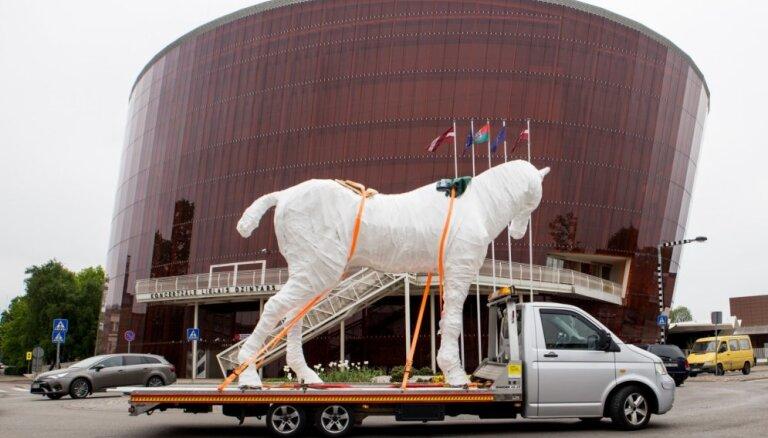 Neparasti skati: Rotko centra spoku zirgs brauc uz Daugavpili