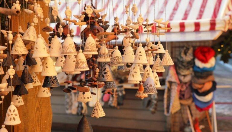 Foto: Kraukšķīgas piparkūkas, nieciņi un karstvīns Ziemassvētku tirdziņā Doma laukumā