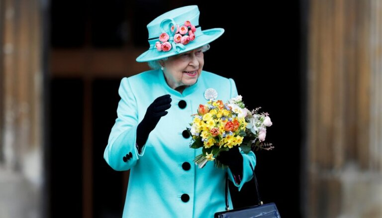 Для Елизаветы II создадут специальные антикоронавирусные перчатки