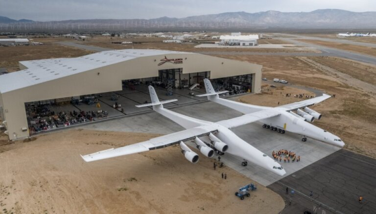 Pasaulē lielākā lidmašīna 'Stratolaunch' piedzīvo testa lidojumu