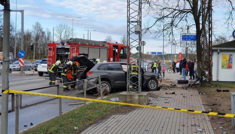 Foto: Juglā auto iztriecies cauri aizsargbarjerai; bojā gājusi sieviete