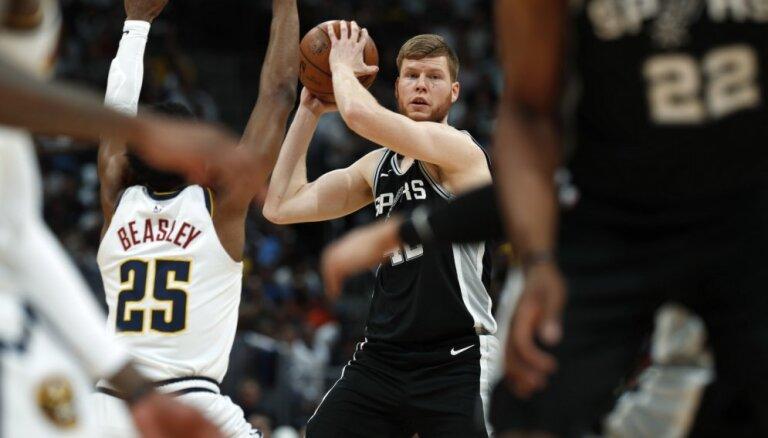 Bertāna 'Spurs' izlaiž milzu pārsvaru, 'Nuggets' izlīdzina rezultātu sērijā
