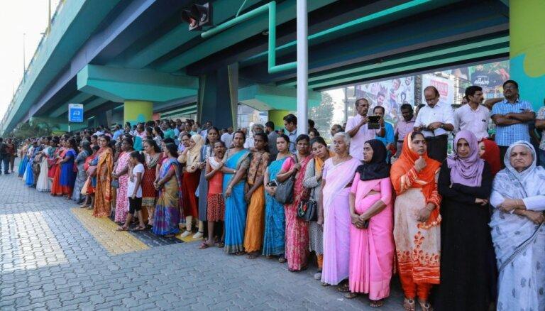 В знак борьбы за равные права женщины в Индии выстроились стеной в 620 км