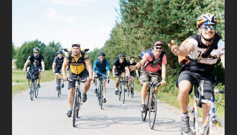 'Ātruma cilts': Auto braukšanas ātrums Rīgā pārsteidz pasaules velokurjeru čempionāta dalībniekus