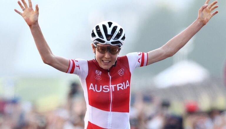 Mazpazīstamā austriete Kīsenhofere ar uzvaru lepnā vientulībā šokē riteņbraukšanas pasauli