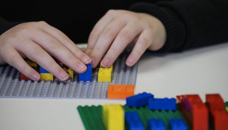 Radīti pirmie LEGO® Braila klucīši, lai veicinātu neredzīgo un vājredzīgo bērnu attīstību