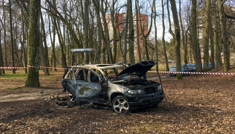 Video: Mežaparkā atrasts ar Bezzubova slepkavību Purvciemā saistīts sadedzināts BMW (plkst. 11.16)