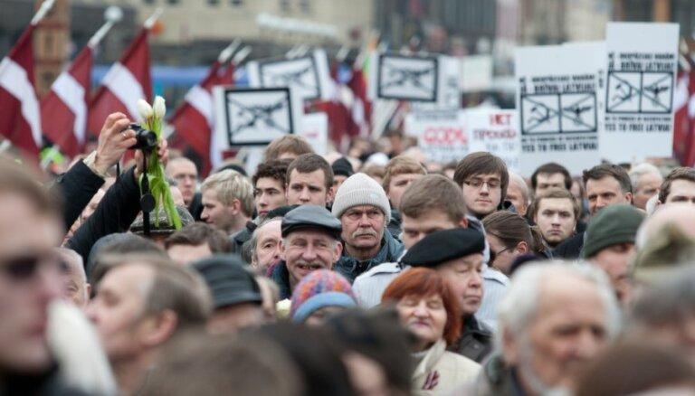 """Кариньш: правительству не пристало участвовать в """"шествиях легионеров"""" 16 марта в центре Риги"""