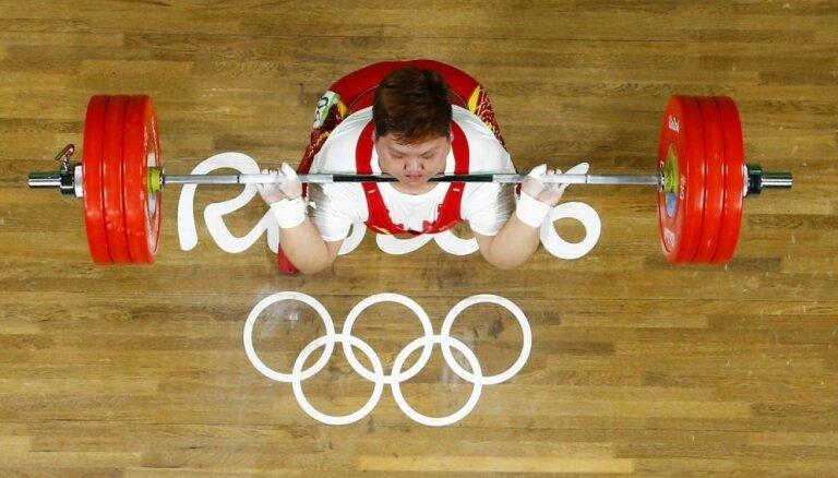 Ķīnas svarcēlāja Mena kļūst par olimpisko čempioni smagākajā svara kategorijā sievietēm