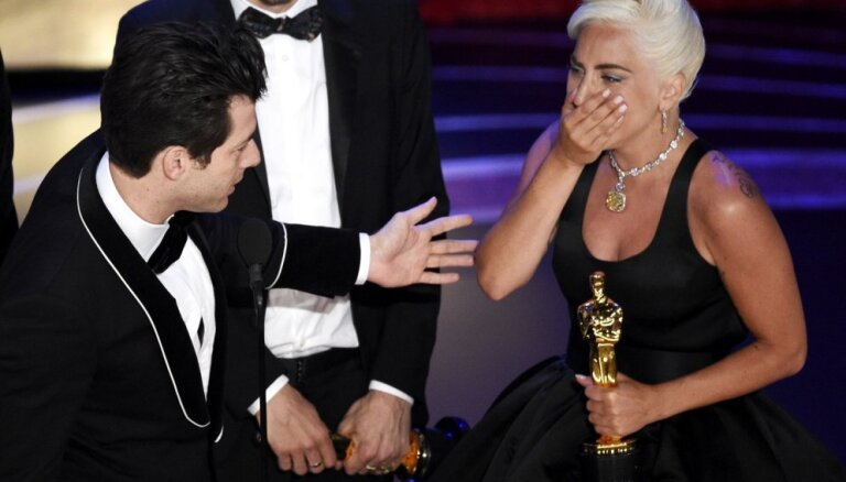 Rami Maleka kritiens un Lady Gaga asaras. 'Oskaru' ceremonijas spilgtākie mirkļi