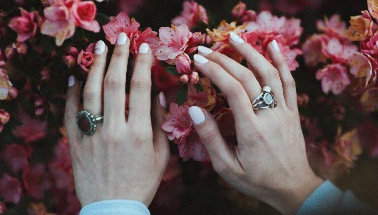 12 idejas pavasara manikīram: askētiski akcenti, maigi toņi un rūpīga atturība