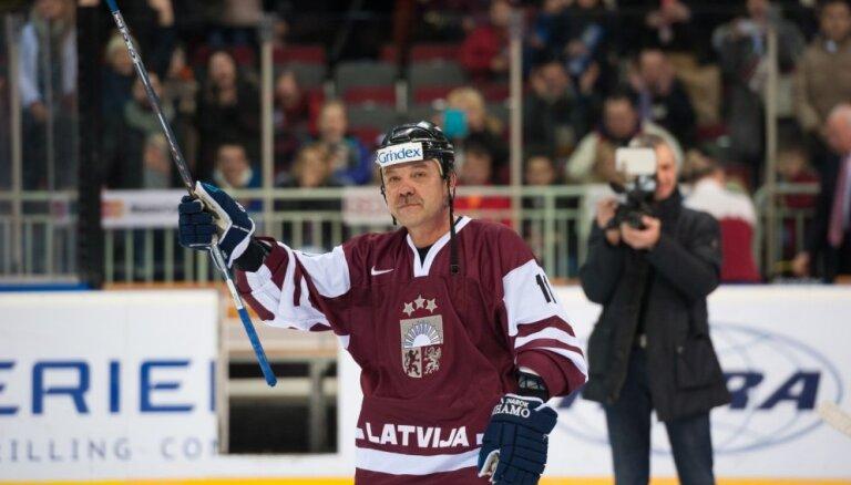 Foto: Latvijas hokeja veterāniem zaudējums spēlē ar Krievijas leģendām