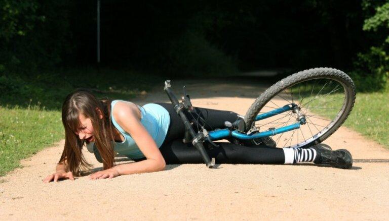 Suns pēkšņi izskrien uz galvenā ceļa un traumē velosipēdisti