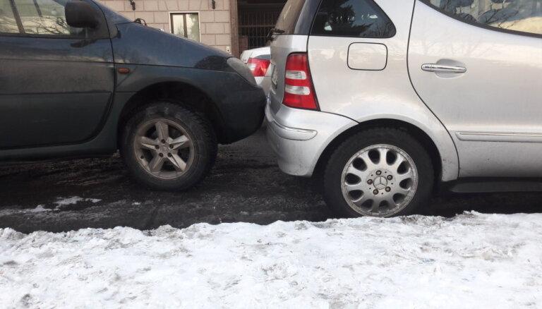 Foto: Rīgas centrā fiksē parkošanos 'itāļu stilā'