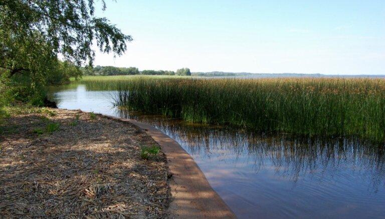 Pie Latvijas lielākā ezera brīvi piekļūt var vien dažās vietās, atklāj raidījums