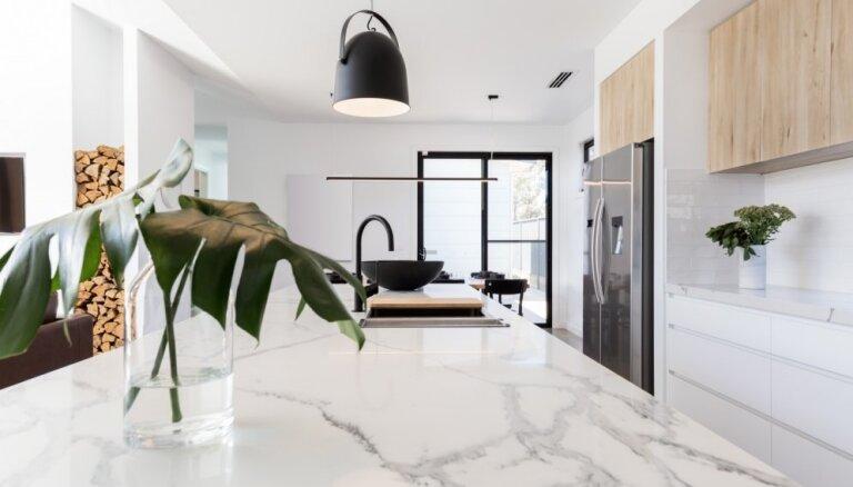 Aktuālākās interjera tendences virtuvēs: marmora virsmas un pelēkie toņi