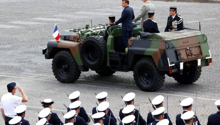 Foto: Elizejas laukos bez maskām svinīgi maršē Francijas karavīri